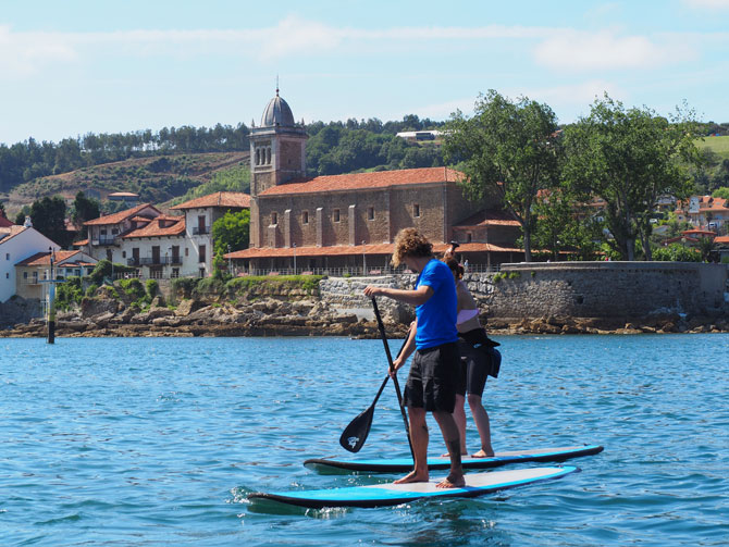 Paddle surf frente a la iglesia de Luanco